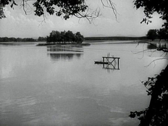 Rybník Opatovický a jeho zasněný ostrov. Tato přírodní lokalita posloužila filmovým štábům dvakrát, v roce 1932 a ještě v roce 1975.