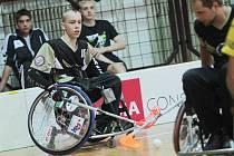 PRVNÍ krůčky dělal mladý florbalista na vozíku Ivan Nestával v bazénu.