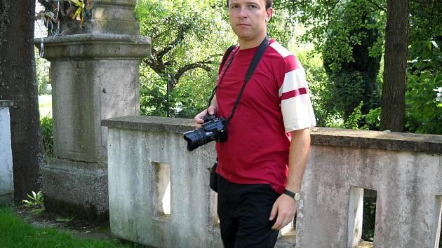 Všechna místa, o nichž v nové knize Okolí Českých Budějovic Jiří Cukr píše, osobně navštívil a řadu z nich i nafotografoval. Autor, který jako čtrnáctiletý začínal se psaním v Deníku, pro sebe objevil řadu nových věcí, byť okolí krajského města dobře zná.