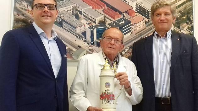 Již 50 let uplynulo tento týden od chvíle, kdy do Budějovického Budvaru , n. p., nastoupil Jan Šavel (na snímku uprostřed). K výročí mu popřáli i současný ředitel Budvaru Petr Dvořák (vlevo) a bývalý ředitel podniku Jiří Boček (vpravo).