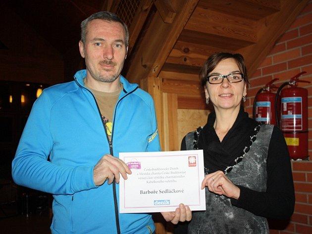 U předání části výtěžku Kabelkového veletrhu Barbora Sedláčková být nemohla. Jak ale vysvětlil její táta Petr Sedláček, peníze rodina použije na nákup speciálního lyžařského vybavení.