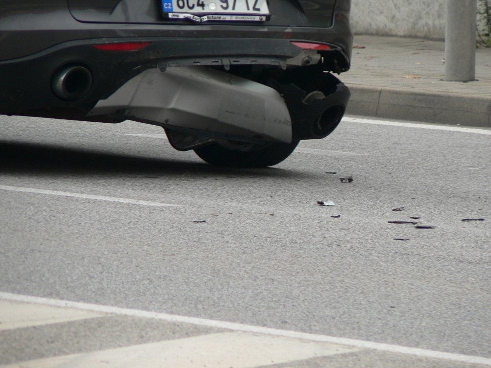 Čtyři stojící vozidla s mírně pomačkanými plechy či nárazníky mohli vidět v sobotu 3. října 2020 po 9. hodině dopolední řidiči v českobudějovické Nádražní ulici.