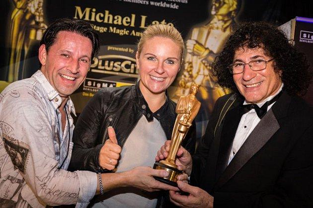 Michael Late vlevo přebírá cenu za magii.