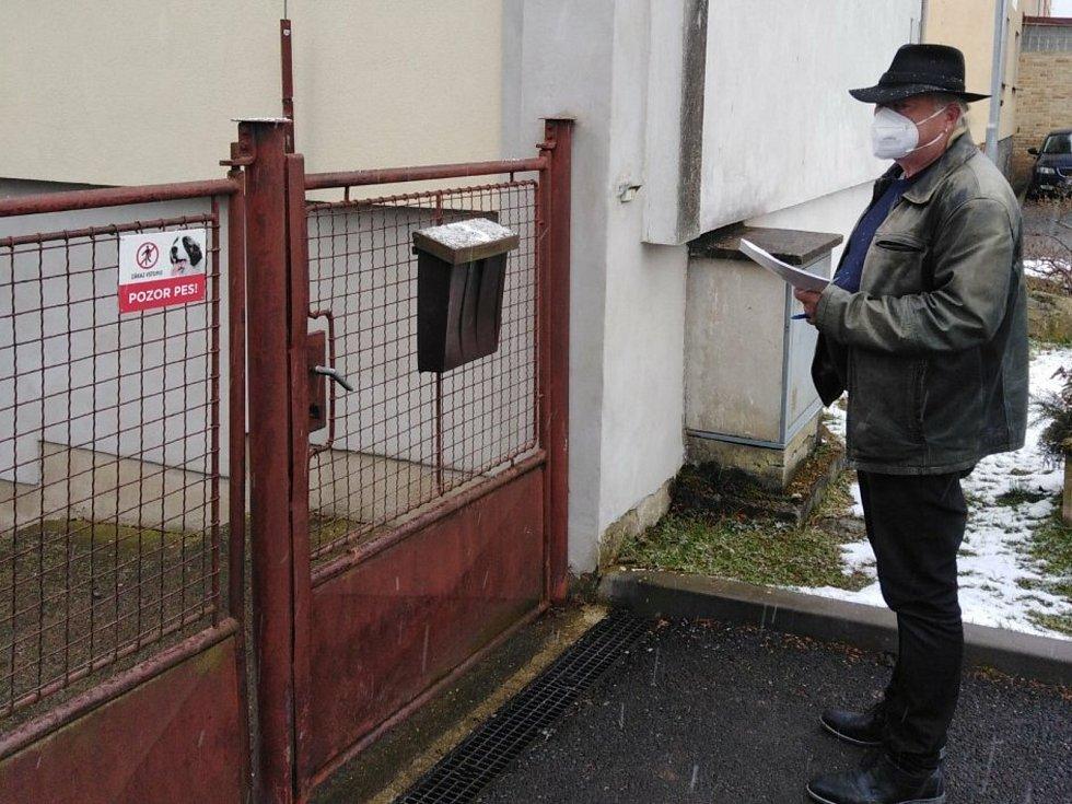 V Nedabyli na Českobudějovicku začalo sbírání podpisů pod petici, která požaduje umístění závor na nedalekém přejezdu. Na snímku iniciátor petice Ludvík Reindl.