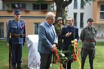Na bývalém vojenském hřbitově nedaleko Jižní zastávky je pohřbeno 220 vojáků. Nově je připomíná pomník.