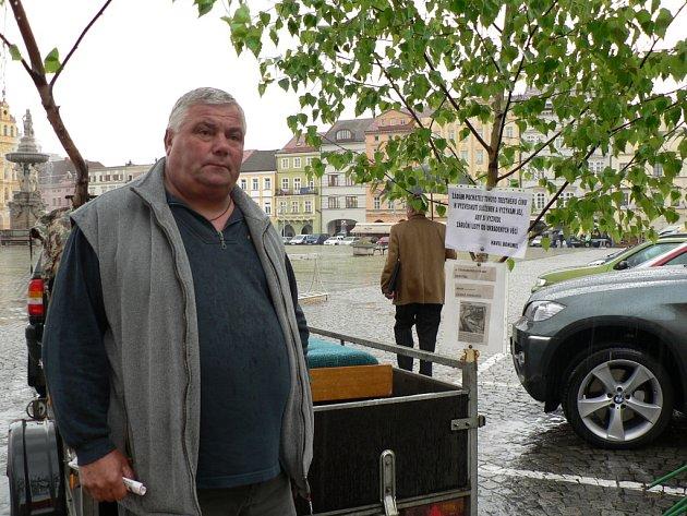 Na českobudějovickém náměstí Přemysla Otakara II. uspořádal svou malou protestní akci Bohumír Havel z Českých Budějovic.