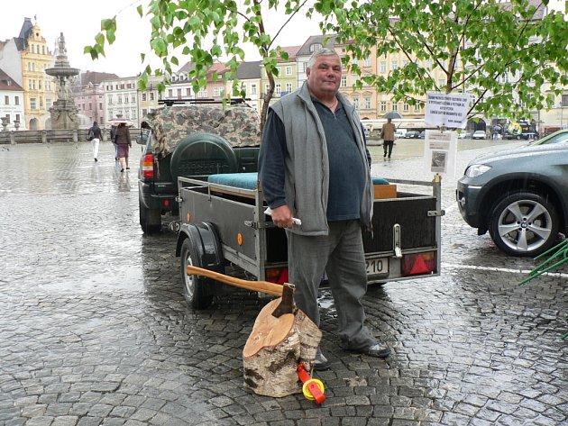 V pondělí na českobudějovickém náměstí Přemysla Otakara II. uspořádal svou malou protestní akci Bohumír Havel z Českých Budějovic.