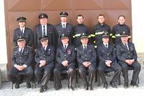 Starosta obce František Ohrazda (sedící druhý zprava) a starosta hasičů Karel Trnka (sedící první zleva).