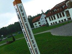 Před mezinárodní školou Townshend v Hluboké nad Vltavou stojí tak zvaný Mírový sloup, který má ukazovat na místo, kde lidé věří ve světový mír.