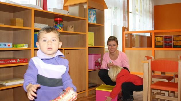 Rodiče i děti si nový pavilon srubecké mateřské školky včera prohlíželi s velkou chutí. Ještě nerozbalené hračky našel na policích Ondřej Smrž (na snímku).