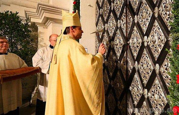 Pasovský biskup otevírá Svatou bránu.