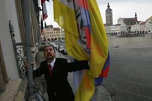 Českobudějovický primátor Juraj Thoma vyvěšuje tibetskou vlajku na radnici.