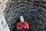 Archeologové spolu s jeskyňáři prozkoumali studnu Mikšova dvoru v Trocnově.
