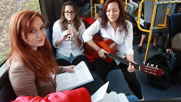 Studenti českobudějovické konzervatoře včera na vybraných linkách MHD těšili stovky cestujících živou hudbou. Zněly hlavně vánoční koledy.