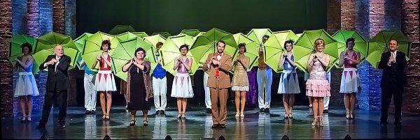 Jihočeské divadlo uvádí adaptaci slavného muzikálu Zpívání vdešti. Upublika má úspěch, obdiv budí mj. stepařská čísla.