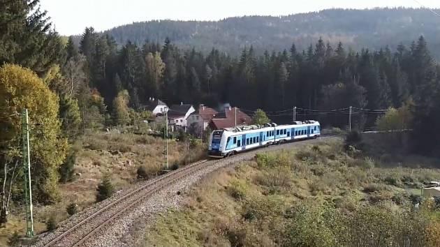 Cestování dvouvozové jednotky řady 650 RegioPanter na jihočeské trati Rybník – Lipno.