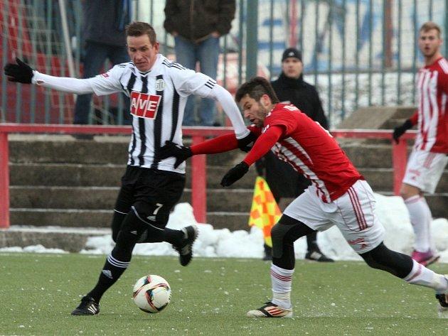 Fotbalisté Dynama zakončili své účinkování v Tipsport lize v Edenu remízou 1:1 se Žižkovem (na snímku z tohoto utkání uniká Petr Benát obraně Žižkova).
