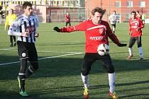 Fotbalisté Dynama zahájili Tipsportligu v Praze remízou s Pardubicemi 3:3 (na snímku vlevo bojuje o míč Michal Klesa).
