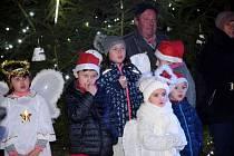 Více než dvě stovky diváků si v pátek 29. listopadu v podvečer nenechaly ujít historicky první slavnostní rozsvěcení obecního vánočního stromu v Žimuticích na Českobudějovicku.