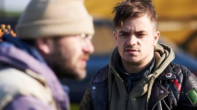 Jiří Mádl jako pankáč Jerry při natáčení filmu Čtyři slunce v Miroticích na Písecku. V popředí režisér Bohdan Sláma.