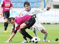 Fotbalisté  Dynama včera uhráli v Liberci bod a mají ligovou definitivu.  Na snímku Petr Šíma uniká Lattmannovi.