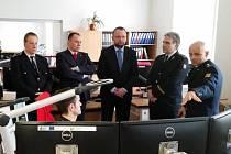 Fungování operačního a informačního střediska hostům přiblížil vedoucí oddělení Martin Novotný (vpravo), vedle něj stojí Drahoslav Ryba a Jan Bartošek.