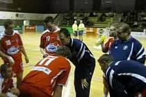 Třeboňský trenér Trtík udává pokyny.