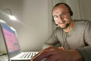 Herec z Malého divadla Jan Kaštovský pomáhá s trasováním.