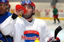 Vladimír Sičák sice trénuje s mužstvem na ledě, ale zraněná ruka ho stále výrazně limituje.