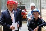 Kvarteto Jihočeské filharmonie zahrálo 20. června v chladicí věži Jaderné elektrárny Temelín. Zazněly skladby Mozarta, Debussyho a Dvořáka. Na snímku vpravo Dana Drábová, předsedkyně Státního úřadu pro jadernou bezpečnost.
