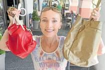 Dvě kabelky a bižuterii darovala do Kabelkového veletrhu Deníku ředitelka Regionální agrární komory Jihočeského kraje Hanka Šťastná.