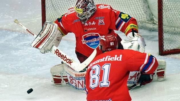 Jakub Kovář zasahuje za asistence René Vydareného.