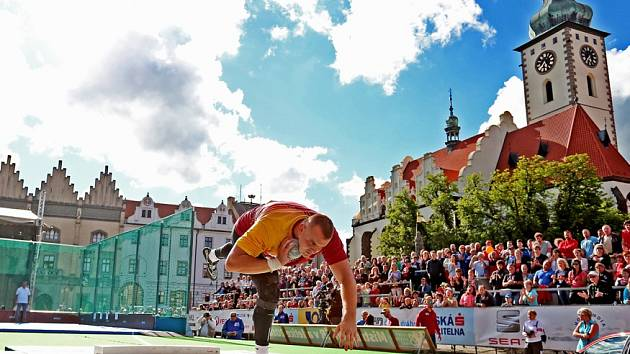 Republikový šampionát v Táboře odstartoval páteční závod koulařů na Žižkově náměstí. Ladislav Prášil na snímku skončil druhý.