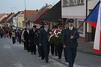 Hasiči ve slavnostních uniformách s vlajkou a věncem vedli průvod městem.