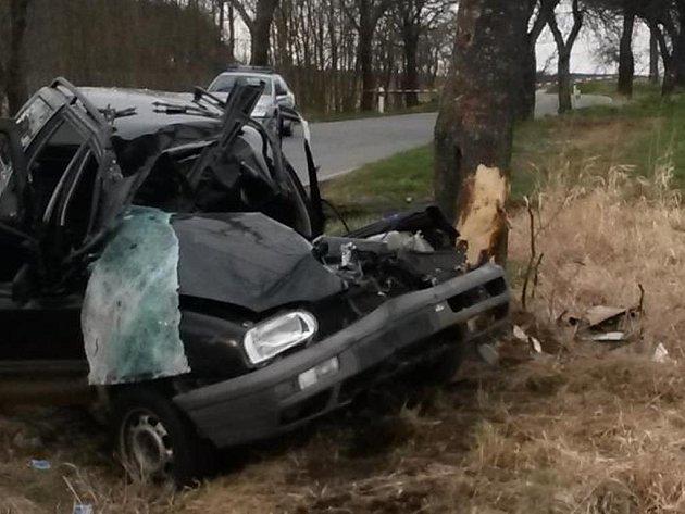 Smrtí spolujezdce skončila nedělní nehoda VW Golf na Prachaticku. Pravděpodobnou příčinou bylo překročení nejvyšší povolené rychlosti. Krom této vyšetřovali policisté dalších 59 kolizí.