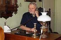 Starý telefon, ze kterého volal v roce 1986 Jan Proško (na snímku) svému někdejšímu spolubydlícímu z bechyňského internátu, písničkáři Karlu Krylovi, do Mnichova, má stále své místo v obýváku suchovrbenského domku.