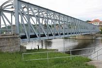 Železný most v Týně nad Vltavou tvoří překážku na cestě větším výletním lodím. Měl by se zdvihat.