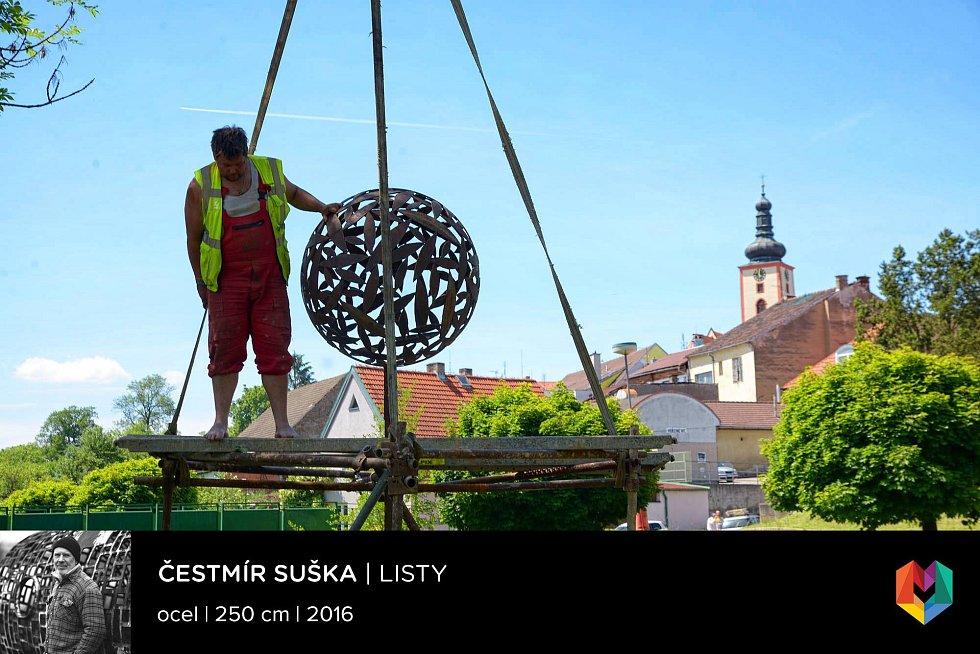 Sochařská výstava Umění ve městě začala v Českých Budějovicích. Na snímku dílo, jehož autorem je Čestmár Suška a které bude v řece Lužnice ve Veselí.