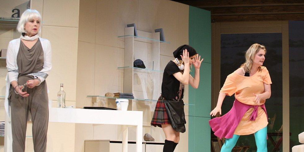 Činohra Jihočeského divadla uvedla 24. dubna premiéru komedie Žena jako druh. Na snímku zleva Bibiana Šimonová, Teresa Branna a Dana Verzichová.
