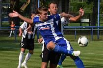 Zdeněk Linhart v zápase strakonické farmy Dynama s Chomutovem bojuje o míč s Tomášem Česlákem.