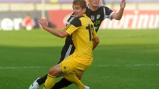 Petr Trapp sice dal v Příbrami vedoucí gól domácích (na snímku bojuje s budějovickým Filipem Rýdlem), v závěru ale Tomáš Řepka vyrovnal na konečných 1:1.