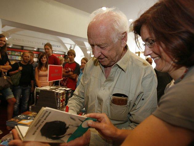 Spisovatel Arnošt Lustig v českobudějovickém knihkupectví Knižního klubu podepisoval čtenářům  své knihy.