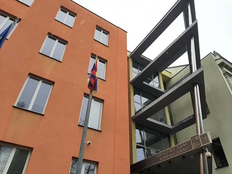 Po dlouhých letech zavlála před Krajským úřadem v ČB tibetská vlajka.