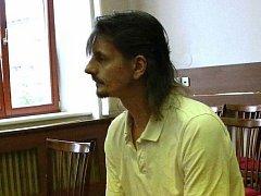 František Pastyřík bodl v hádce partnerku nožem do hrudníku a vykoledoval si  stíhání pro pokus vraždy. Hrozilo mu 10 až 18 let, od soudu odcházel se sedmiletým trestem.