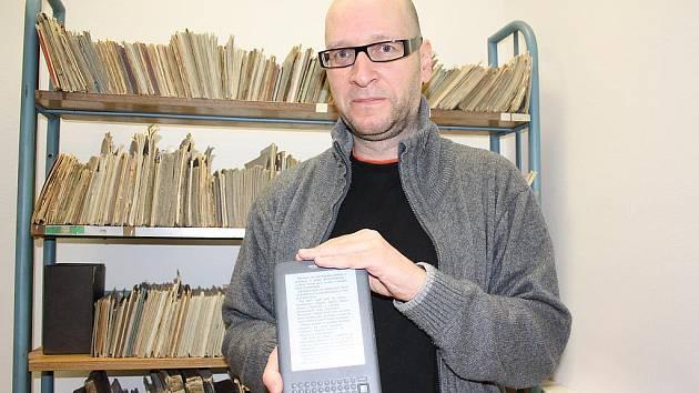 Ivo Kareš z Jihočeské vědecké knihovny v Českých Budějovicích představuje čtečku elektronických knih. Tu si mohou nyní čtenáři půjčovat v budově na Lidické třídě.