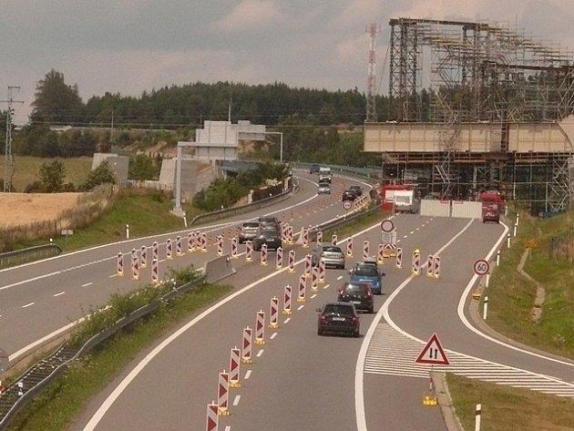 Uzavírka dálnice D3 kvůli montáži ocelové konstrukce železničního mostu.