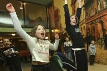 Jarní prázdniny a k tomu dobrá zábava. Děti, které navštěvují příměstský tábor v českobudějovickém Domě dětí a mládeže, si včera užívaly na bowlingu na Pohůrce.