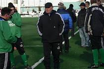 Trenér Slavoje Č. Krumlov Lubomír Pintér (na snímku ze soboty na Hluboké) připouští, že možná ztratí nejlepšího střelce týmu Karla Zvěřinu. Říká o něm, že je to hráč, kterého musí mít v oblibě každý trenér.