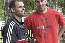 Masér  volejbalistů Jihostroje ČB Filip Hoch a kapitán Michal Sukuba (zleva).