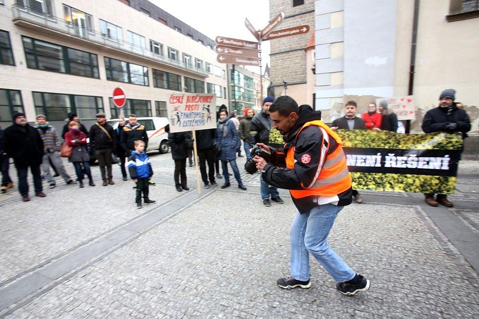 Pod Černou věží se shromážidli odpůrci demonstarace proti islámu, kteří chtělí říct ne násilí.